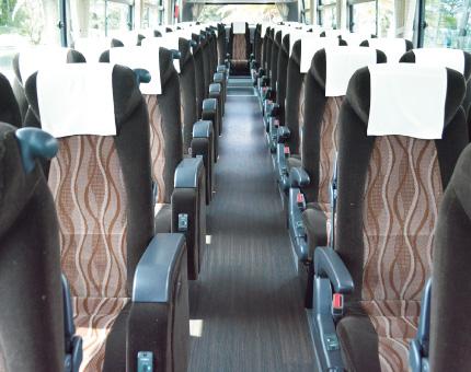 大型バス日野53人乗り車内