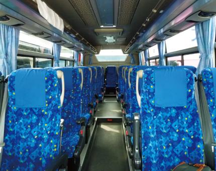 中型バス日野27人乗り車内